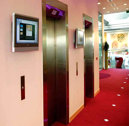 Digital monitor signage di Lobby/depan lift